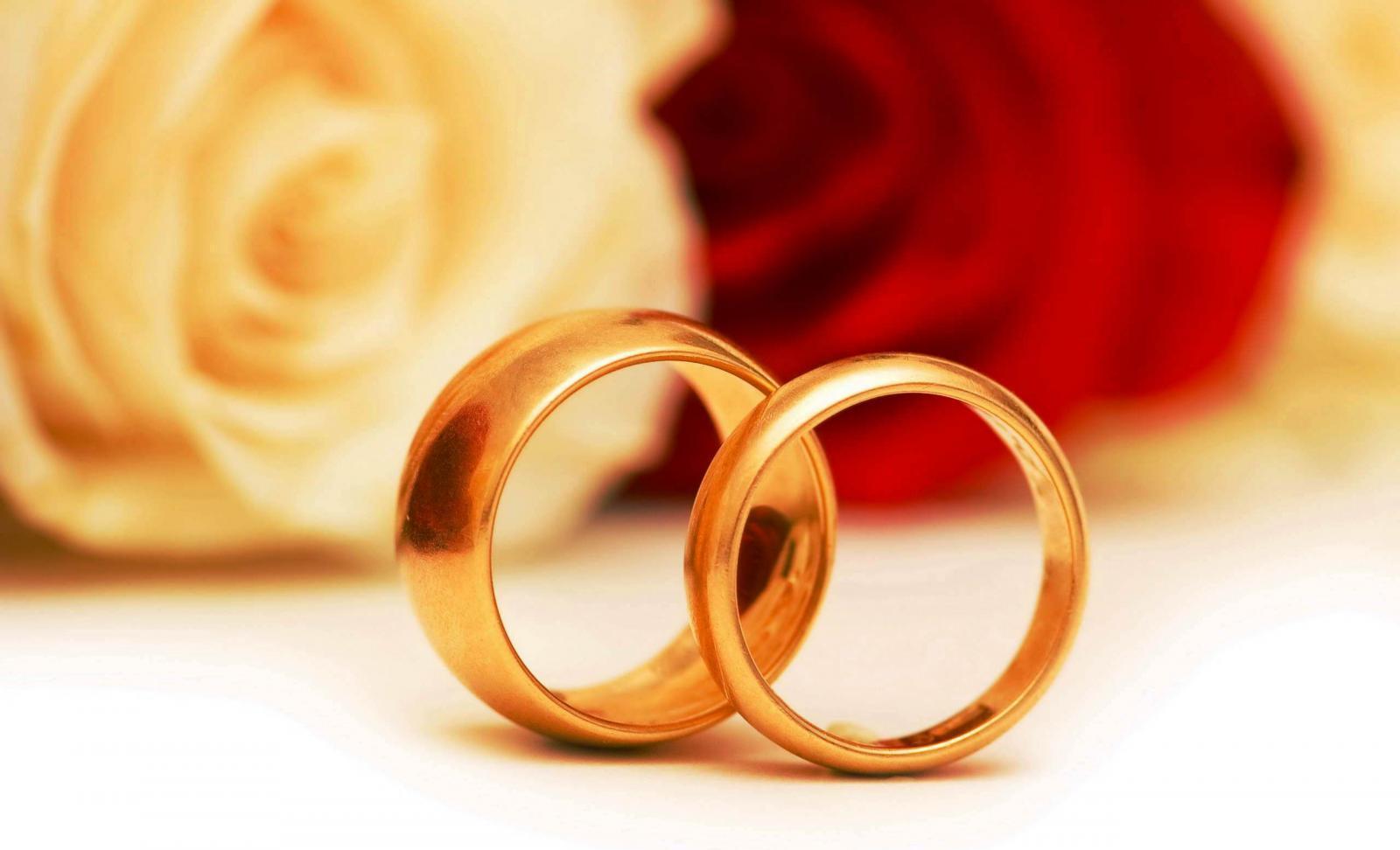 Открытки золотые кольца, букет роз картинки